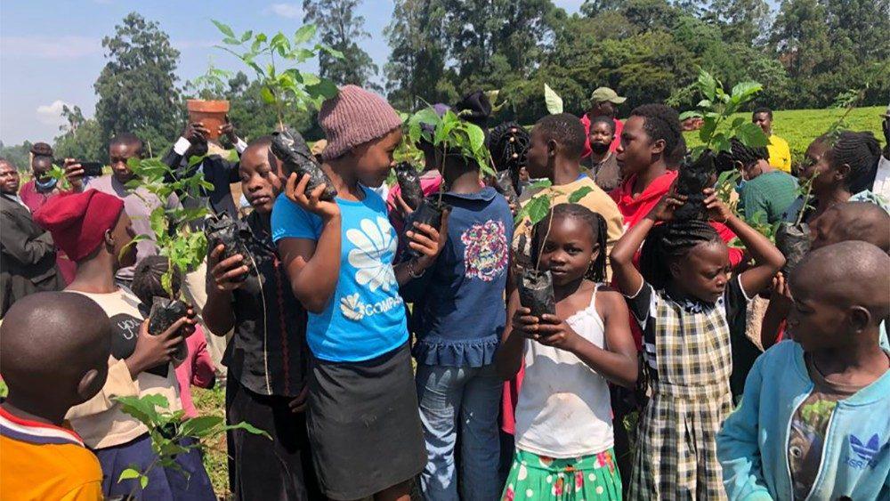 Enfants de Kakamega prêts à planter des arbres