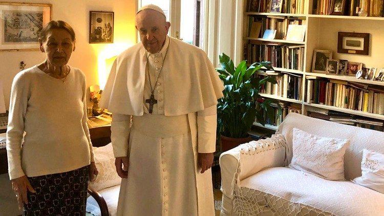 O Papa fez uma visita surpresa à sobrevivente no sábado (20)