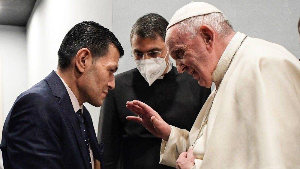 El Papa, con el padre de Aylan