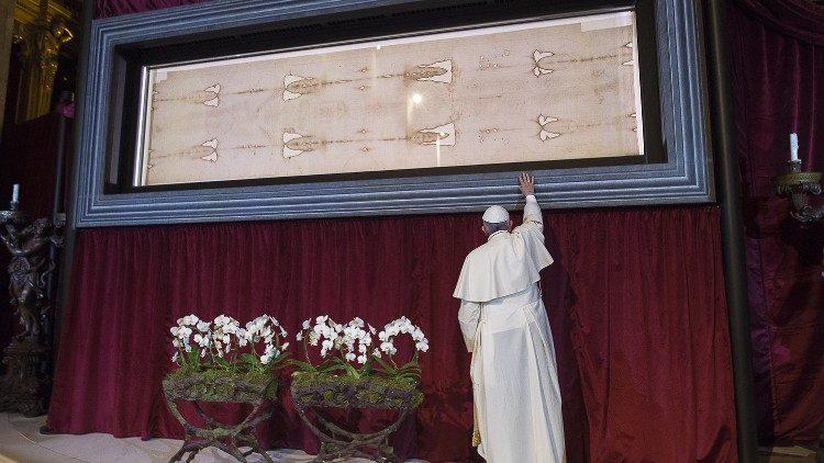 Le Pape François devant le Linceul de Turin en 2015.