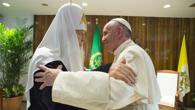 El abrazo entre el Papa Francisco y el Patriarca Kirill