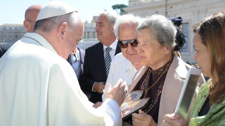Basilio in Halyna Pochylak s papežem Frančiškom