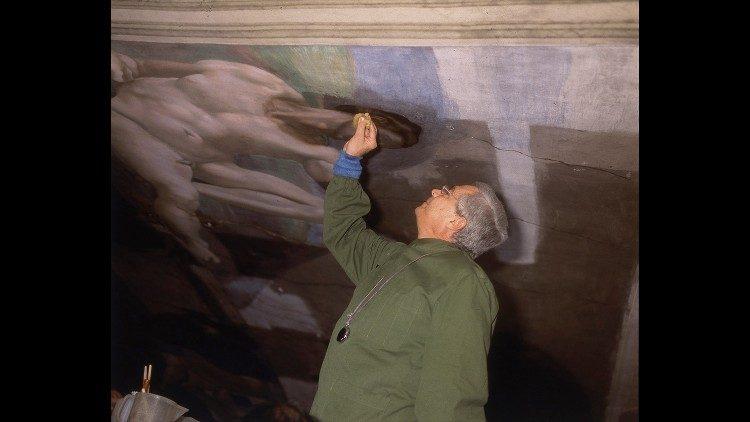 """Gianluigi Colalucci (1929-2021) artistul care a făcut """"restaurarea secolului"""" în Capela Sixtină"""