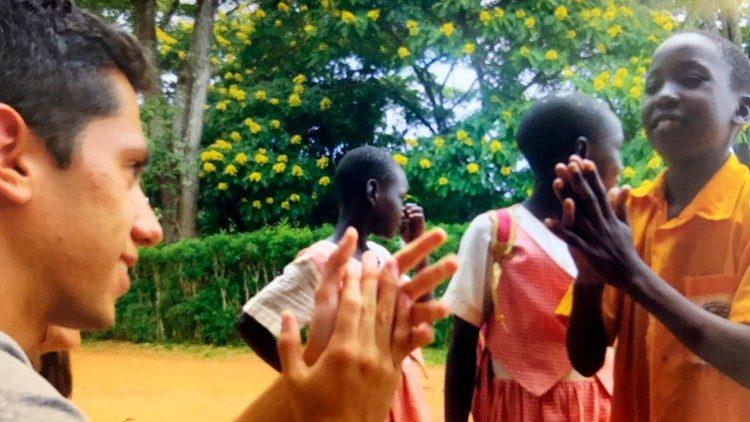 Một giáo lý viên với các trẻ em ở Uganda