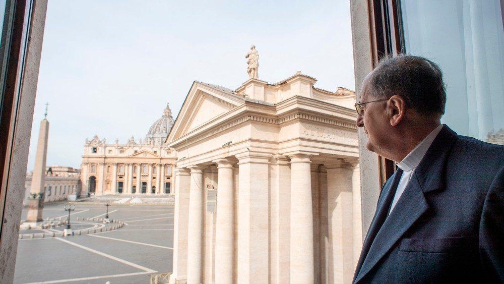 Le cardinal Stella, préfet de la Congrégation pour le Clergé, à la fenêtre de son bureau, devant la Place Saint-Pierre.