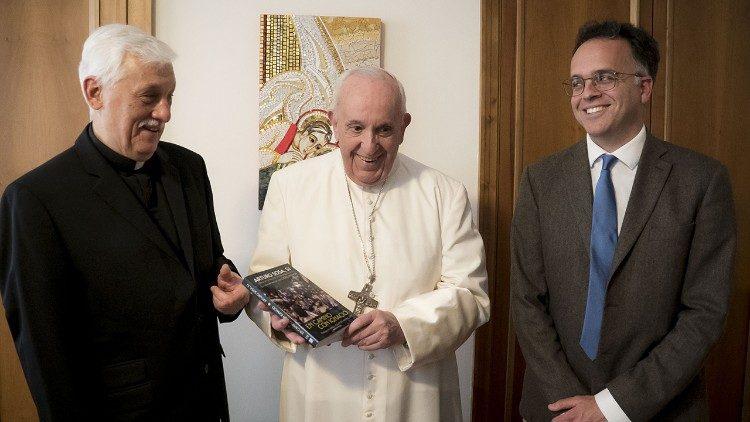 El Papa Francisco recibe a los autores del libro