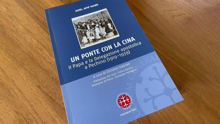 Naslovnica knjige »Most s Kitajsko – Papež in apostolska delegacija v Pekingu (1919-1939)« Adela Afifa Nasra in založbe Marcianum Press.
