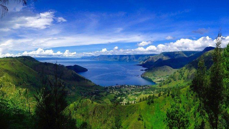 Lac Toba au milieu de la partie nord de l'île indonésienne de Sumatra, plus grand lac volcanique du monde.