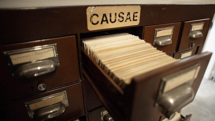 Un tiroir contenant des documents de la Congrégation pour les Causes des Saints.