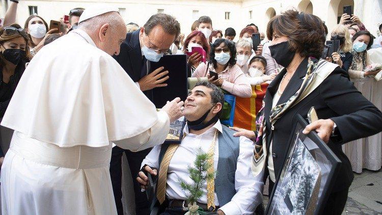 Una rama de un cedro y una foto de un bosque junto a una iglesia fueron los regalos que Michael le dio al Papa.