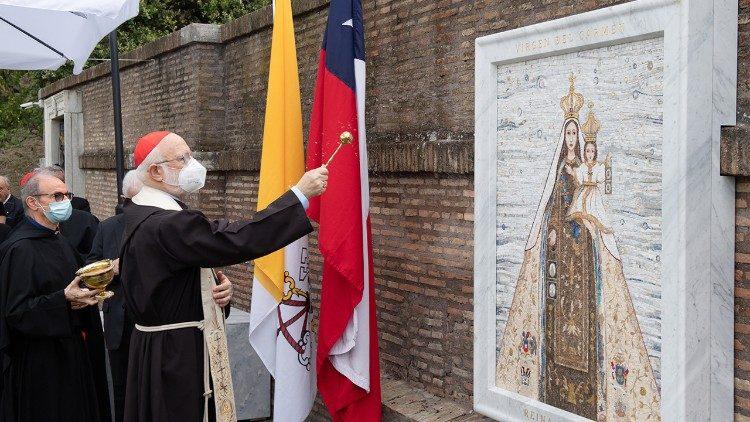 El Cardenal Celestino Aós Braco, OFM cap, Arzobispo de Santiago de Chile, bendice la imagen de la Santísima Virgen del Carmen, Reina y Patrona del país.