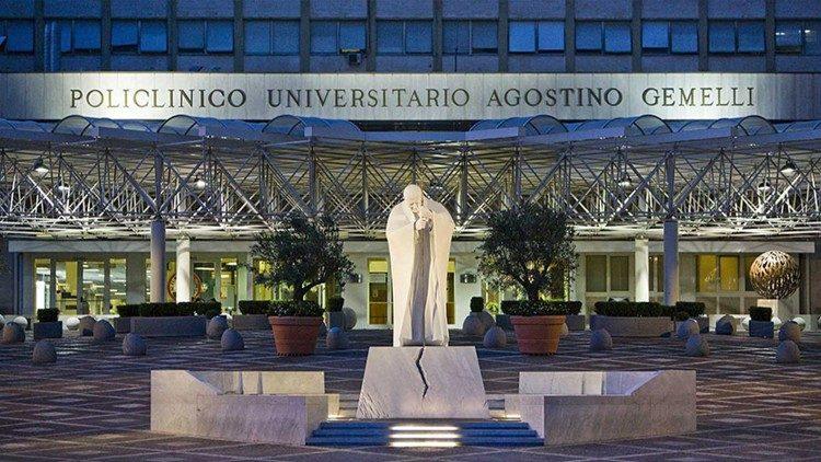 Tượng Đức Gioan Phaolô ở sân trước bệnh viện Gemelli