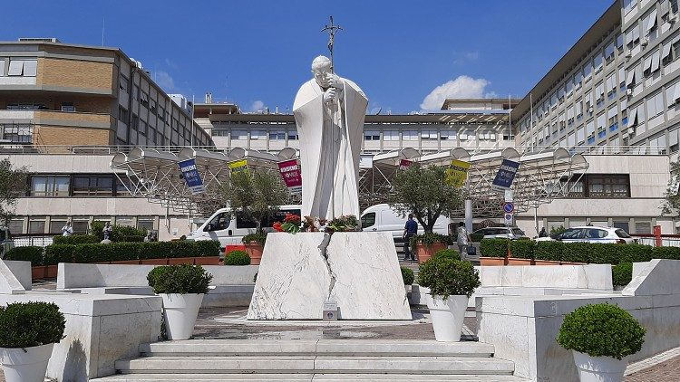 Poliklinika Gemelli, kip papeža Janeza Pavla II.