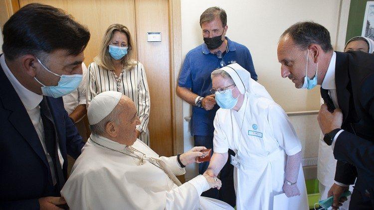 Le Pape saluant des patients ainsi que le personnel soignant de l'hôpital Gemelli