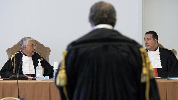 Un abogado presenta sus planteamientos durante el proceso