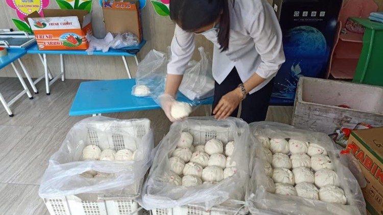 Các nữ tu chuẩn bị bánh bao cho người nghèo