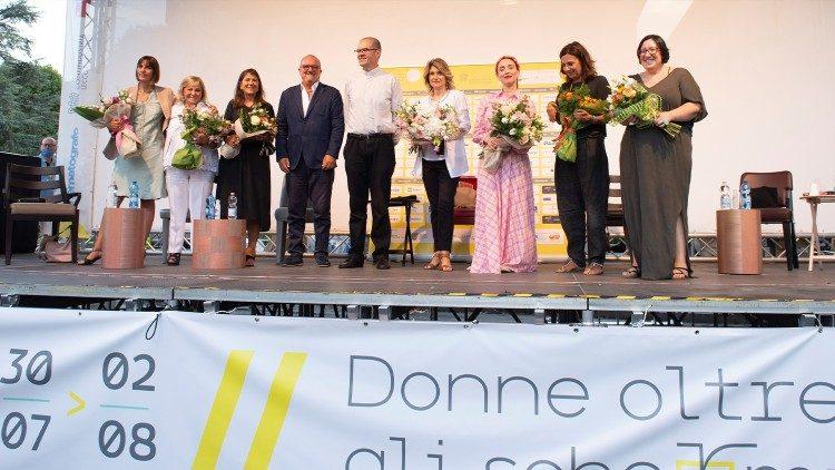 Algunos de los protagonistas del Lecco Film Fest 2020 saludan al público con monseñor Milani al término de un debate