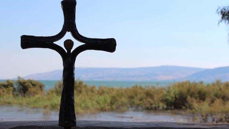 2021.08.22 Tabgha croce lago di Tiberiade, atto vandalico 19 agosto Terra Santa. (foto G. Röwekamp  DVHL)