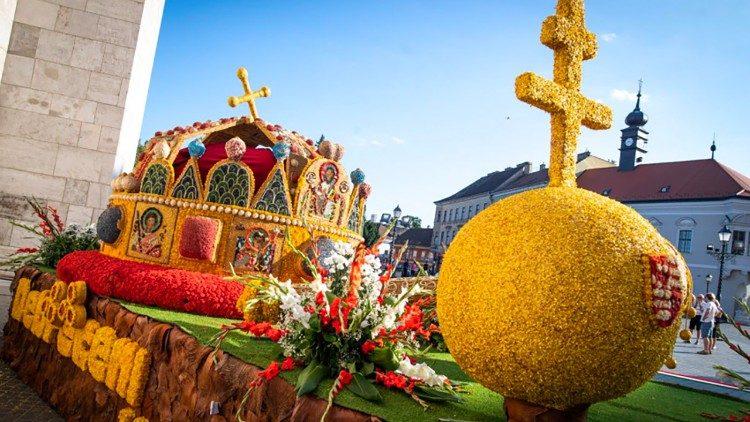 La Sainte Couronne de Hongrie du roi fondateur saint Étienne, en fleurs, au Congrès eucharistique de Budapest, le 8 septembre 2021.