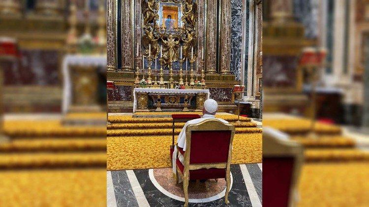 El Santo Padre reza ante la imagen de la Salus Populi Romani tras su viaje