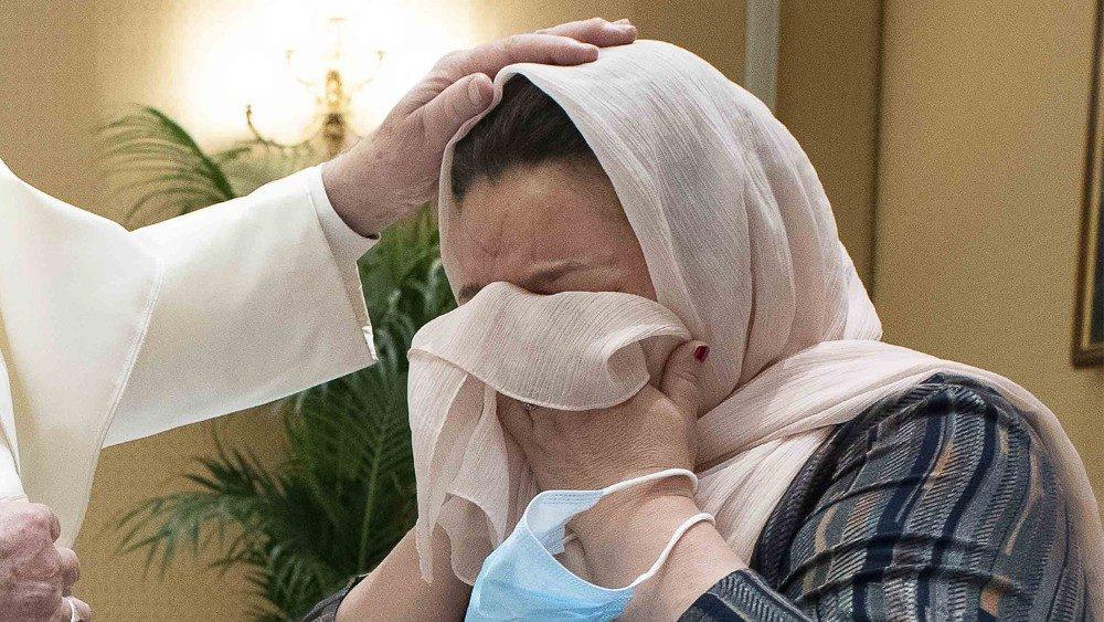 La mano del Papa acaricia a la viuda afgana