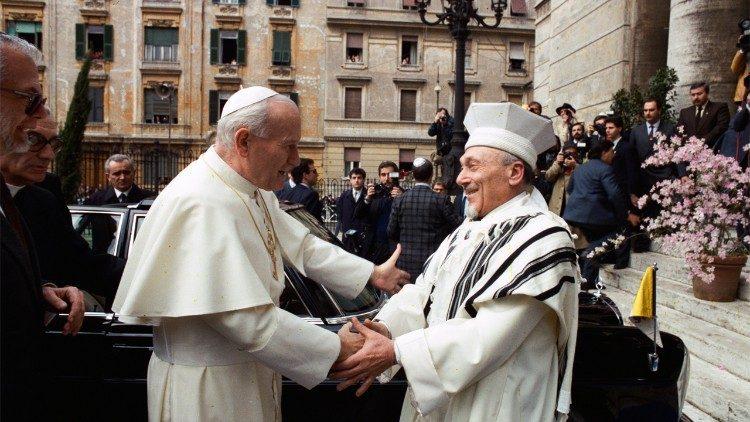 Papež Janez Pavel II. in rimski rabin Toaff pred sinagogo, 13. aprila 1986