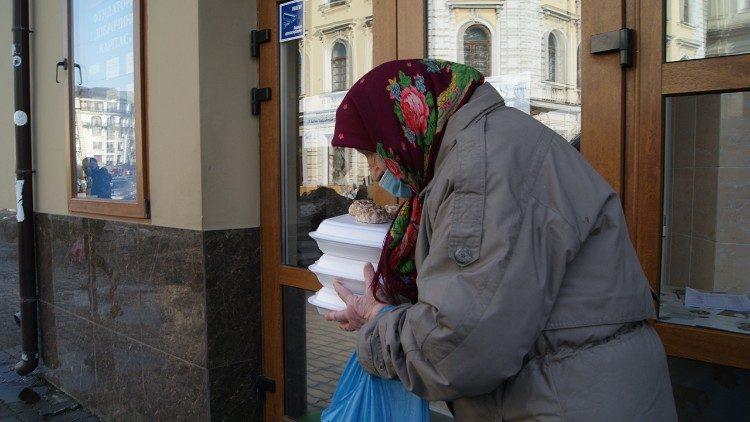 Обіди в їдальні для бідних БФ «Карітас» в Івано-Франківську