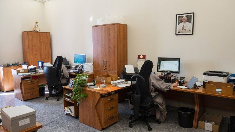 Secretaria de Estado - Religiosas trabajando en la Tercera Loggia