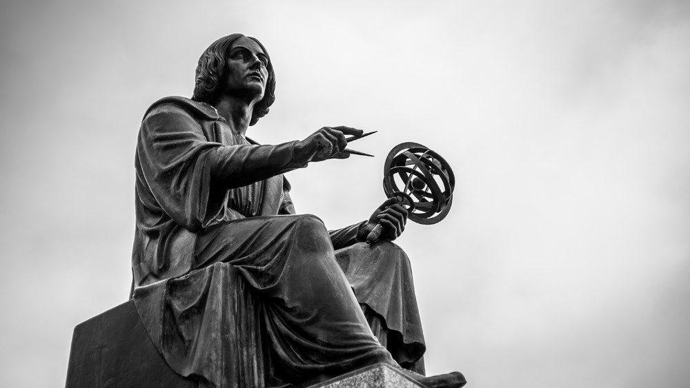 Una statua che ritrae il matematico e astronomo Niccolò Copernico